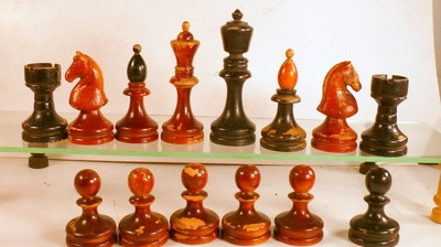 cool and opulent wood chess pieces. Kings stand 90 mm  pieces are fairly solid and the knights heads formed in some kind of wood based mass Should date from 30ies to 50 ies Staunton Style Welcome Chess Museum